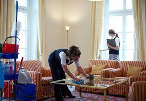 Hotel Nachhaltigkeit, Sauberkeit und Reinigung Prüfung durch zwei weibliche Reinigungskräfte