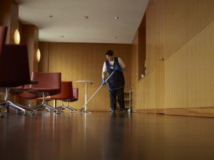 Hotelreinigung in München - Mitarbeiterin bei der Reinigung