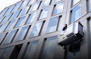 Mitarbeiter bei der Gebäudereinigung - Fassadenreinigung für Clean.de im Einsatz in Deutschland