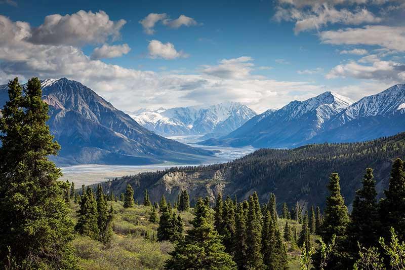 Berge und See davor. Sauerstoffreiche Luft.